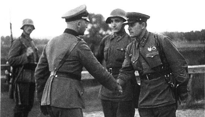 Το κατάπτυστο σύμφωνο Ρίμπεντροπ – Μολότοφ: 80 χρόνια μετά πληγές ακόμα |  History-point.gr