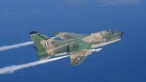 """Όταν τα Α-7 Corsair της ΠΑ """"άγγιζαν"""" τα κύματα του Αιγαίου… χαμηλές πτήσεις (vid.)"""